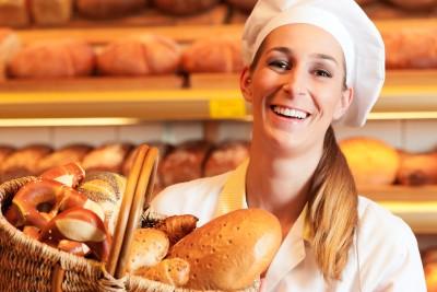 serveuse boulangerie_souriante_seule